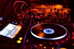 - dj 2581269 1920 300x199 - CORSI DI MUSICA ELETTRONICA